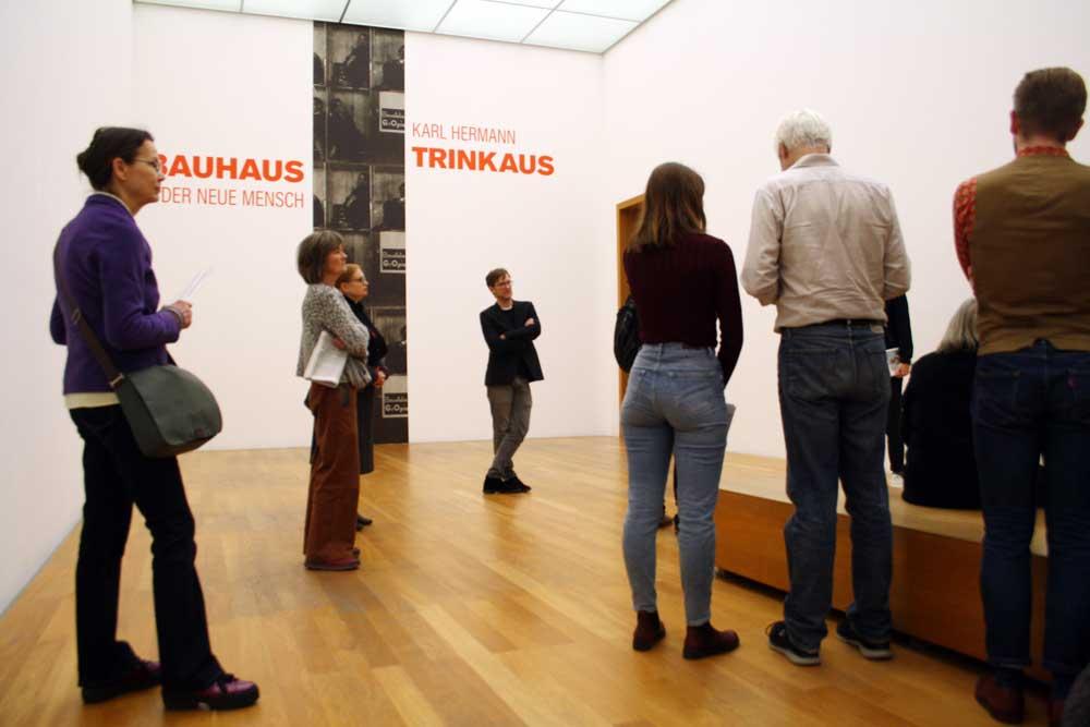 """Eingangssituation in die Ausstellung """"Karl Hermann Trinkaus. Bauhaus - Der neue Mensch"""". Foto: Ralf Julke"""