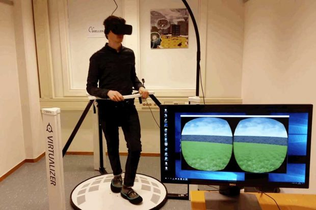 Jacob Bellmund bewegt sich auf der Plattform in einer trapezförmigen virtuellen Umgebung. Foto: DoellerLab