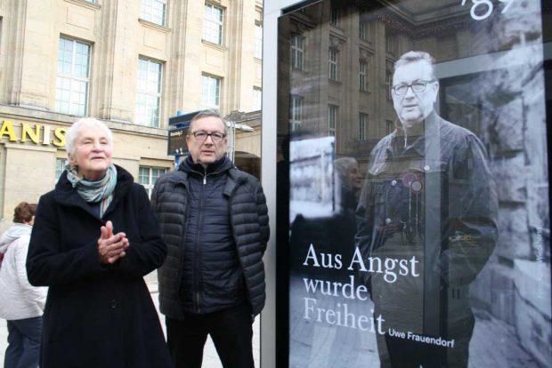 Karin Wieckhorst und Uwe Frauendorf vor dem Plakatmotiv mit Uwe Frauendorf. Foto: Ralf Julke