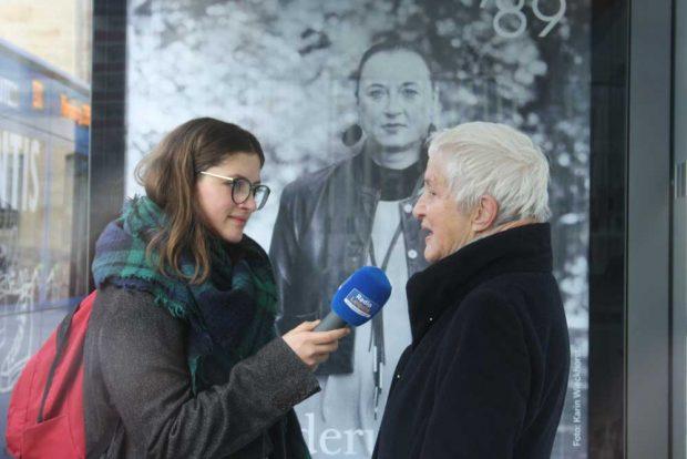 Karin Wieckhorst im Radio-Interview vor dem Plakatmotiv von Cornelia Matzke. Foto: Ralf Julke