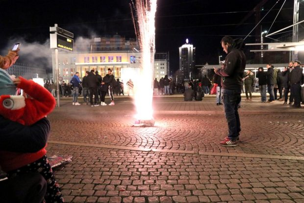 Silvester in Leipzig - der Augustusplatz wird zu einem einzigen Flammenmeer. Foto: Michael Freitag