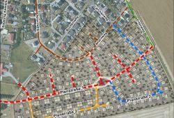 """Auf dem rund 76.000 Quadratmeter großen Areal entstehen 130 neue Bauplätze für Einfamilien- und Doppelhäuser oder Bungalows. """"Für die Straßen in dem neuen Wohngebiet suchen wir nun Straßennamen. In der benachbarten Siedlung Kesselshain sind die Straßen nach Baumarten benannt. Sie heißen zum Beispiel Birken-, Buchen oder Ahornweg. Dies muss natürlich in dem neuen Gebiet nicht zwangsläufig so fortgesetzt werden. Deshalb möchte ich alle Interessierten dazu einladen, uns Namensvorschläge zu unterbreiten. Am besten funktioniert das, über ein extra hierfür eingerichtetes Formular auf unserer Webseite www.borna.de. Hier hat jeder die Möglichkeit eigene Vorschläge zu machen. Dafür müssen lediglich der Name, eine Wohnanschrift, eine Telefonnummer sowie E-Mail-Adresse und selbstverständlich die Namensvorschläge angegeben werden"""", erklärt Oberbürgermeisterin Simone Luedtke. Gesucht wird ein Name für die Haupterschließungsstraße, der nach Möglichkeit auf """"-straße"""" enden soll sowie zwei weitere Namen für die Nebenstraßen im neuen Wohngebiet, die möglichst auf """"-weg"""" enden sollen. Jeder Teilnehmer hat bis zum 30. Januar 2020 die Möglichkeit, jeweils einen Vorschlag für die drei neu zu benennenden Straßen zu unterbreiten. Aus den Vorschlägen wählt der Stadtrat im kommenden Jahr die Namen für die neuen Straßen in unserem Wohngebiet am Lerchenberg aus. Foto: STDV Borna"""