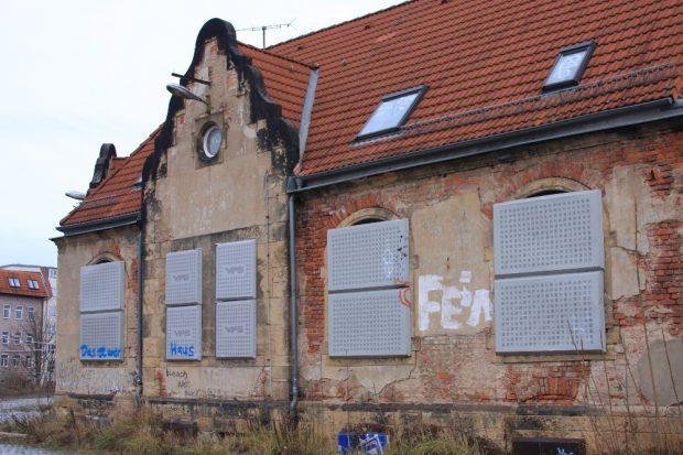 Das ehemals bestzte Gebäude, mittlerweile gut gesichert gegen neue Bewohner. Sozusagen der Gründungsort der Punkwerkskammer. Foto: L-IZ.de