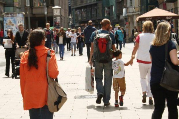 Ein Einkaufsbummel mit der Familie kann auch Spaß machen. Foto: Ralf Julke