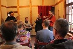 Klezmer-Musik erklingt beim Notenspur-Fest der Hausmusik in der ehemaligen Wärmestube der Lokführer am Plagwitzer Bahnhof, Foto: Elke Leinhoß