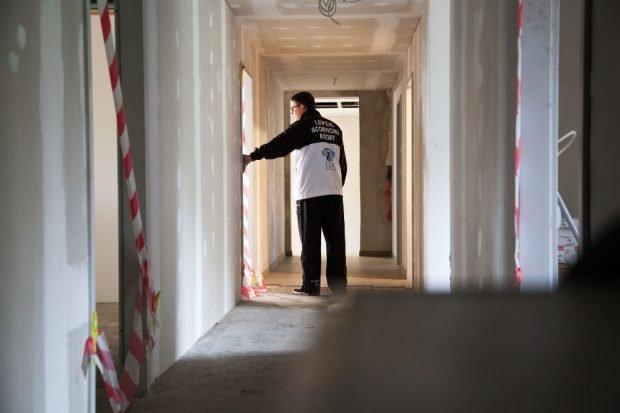Jens Köhler versucht, eine Lösung für die hier trainierenden Sportvereine zu finden. © Michael Billig