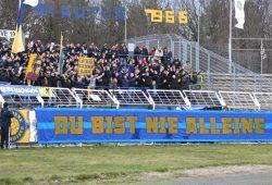 """Fans des 1. FC Lok Leipzig sammeln unter dem Motto """"Du bist nie alleine"""" Spenden. Foto: Jan Kaefer"""