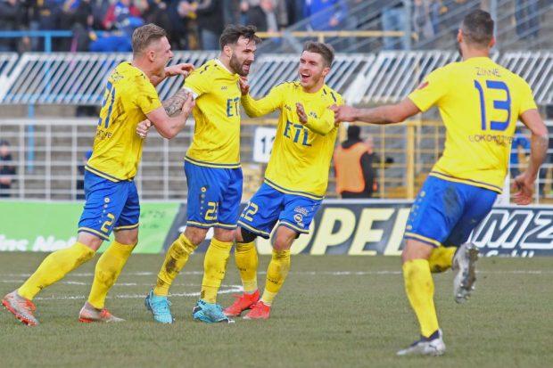 Sascha Pfeffer (2.v.l.) schoss den 1. FC Lok gegen Erfurt zum Sieg. Foto: Jan Kaefer