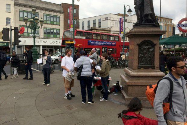 Das Stimmungsbild auf den Straßen von London war wieder gemischt. Foto: Michael Freitag