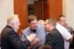 Übte scharfe Kritik: Norman Volger (mitte rechts). Hier im Gespräch mit seinem grünen Fraktionskollegen Bert Sander (links daneben) im Stadtrat Leipzig. Foto: Michael Freitag