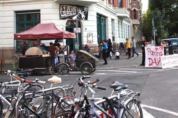 """Die """"Speisekammer"""" in Leipzig Schleußig (hier am """"Parking Day"""") ist auch Verkaufsstelle der LZ. Foto: L-IZ.de"""