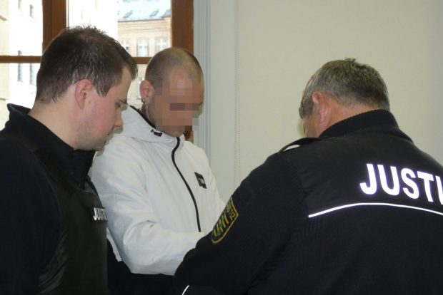 Justizwachtmeister nehmen Ronny R. (36) im Gerichtssaal die Handfesseln ab. Foto: Lucas Böhme