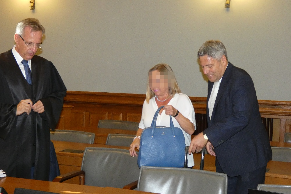 Soll 20.400 Euro Geldstrafe zahlen: Oberstaatsanwältin Elke M. (54), hier bei Prozessbeginn mit ihren Verteidigern Michael Stephan (l.) und Curt-Matthias Engel. Foto: Lucas Böhme