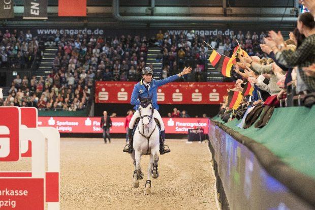 Christian Ahlmann und Caribis Z werden nach dem Sieg in der Wertung zum Longines FEI Jumping World Cup vom Leipziger Publikum gefeiert. Foto: Thomas Hellmann