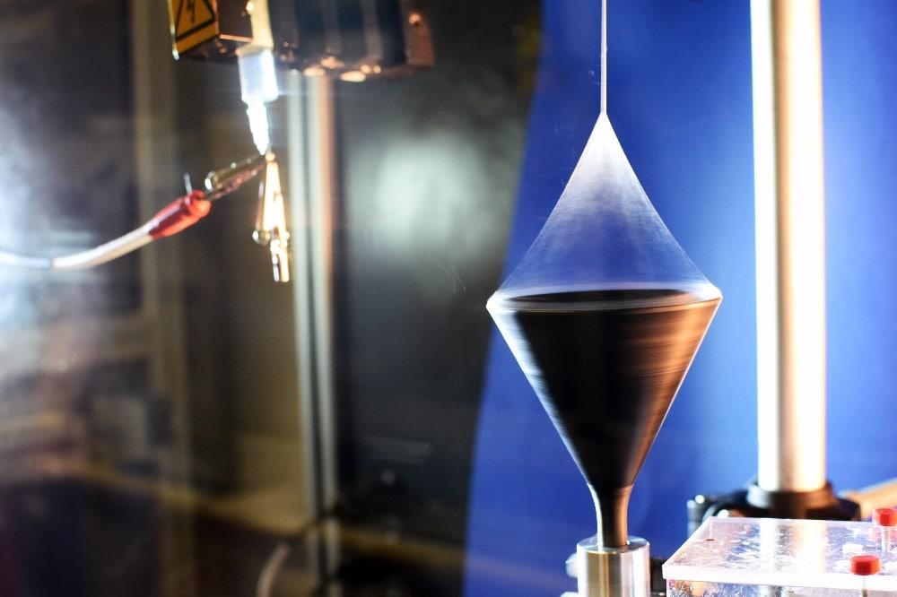 Verstreckung einer multifibrillaren Polyacrylnitrilfaser. Foto: Jürgen Rennecke/Universität Bayreuth