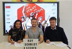 Vertragsunterzeichnung mit SC DHfK-Sprinter Roy Schmidt. Neben ihm sitzen Katharina Baum, Prokuristin der Olympiasport Leipzig GmbH, und Bernd Merbitz, Präsident des SC DHfK Leipzig. Quelle: OSL GmbH.