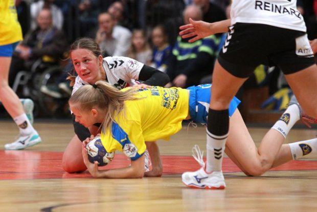 Auch am Boden liegend lässt sich Julia Weise den Ball nicht entreißen. Foto: Jan Kaefer