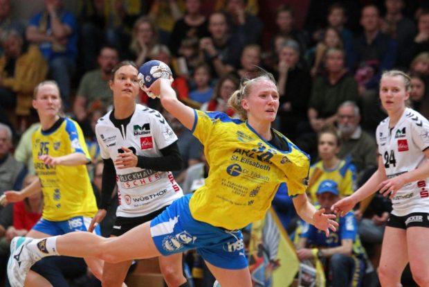 Stefanie Hummel erzielt einen ihrer fünf Treffer. Foto: Jan Kaefer