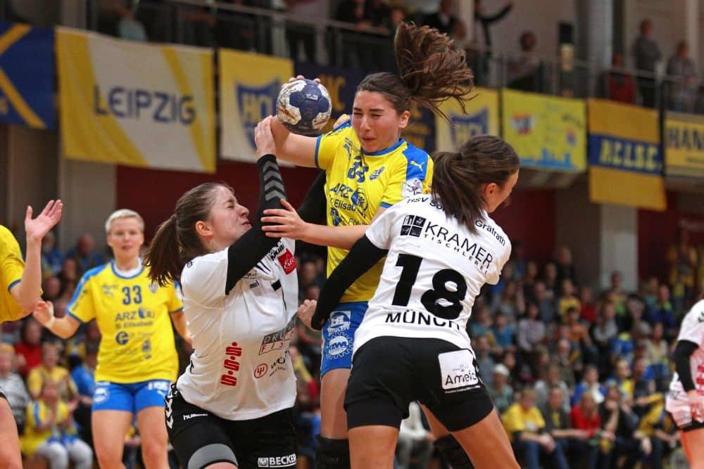 Laura Majer kann hier von zwei Abwehrspielerinnen nur mit Mühe gestoppt werden. Foto: Jan Kaefer