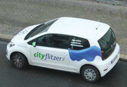 Cityflitzer am Straßenrand. Foto: Ralf Julke