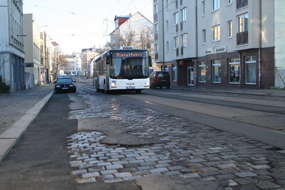 Abgefahrenes Pflaster: die Dieskaustraße in Kleinzschocher. Foto: Ralf Julke
