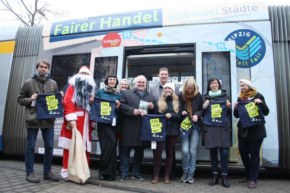 Fairtrade-Bahn. Fairtrade-Engagierte und Weihnachtsmann. Foto: Ralf Julke