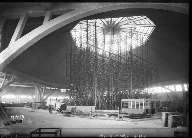 Aufbau der Holzgerüste in der Großmarkthalle, um die Glaskuppel einzusetzen. Foto: Atelier Walter, Stadtgeschichtliches Museum Leipzig