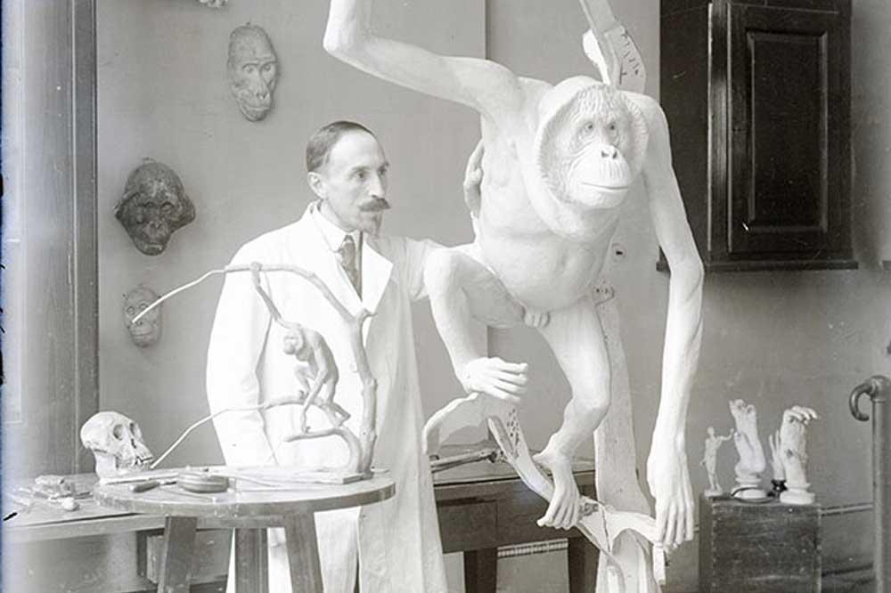 Herman H. ter Meer mit einer seiner Orang-Utan-Plastiken. Foto: Naturkundemuseum Leipzig