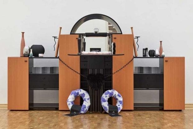 Henrike Naumann, Traueraltar Deutsche Einheit, 2018, mixed media installation, exhibition view Museum Abteiberg. Foto: Achim Kukulies, Düsseldorf, Courtesy the artist and KOW Berlin