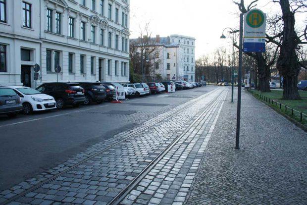 Die aktuelle Haltestellensituation in der Max-Planck-Straße. Foto: Ralf Julke