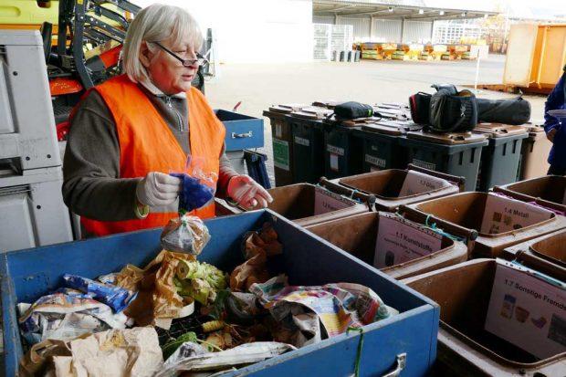 Ingrid Sabrowski sortiert den Bioabfall und findet immer wieder Plastiktüten. Foto: Stadtreinigung Leipzig