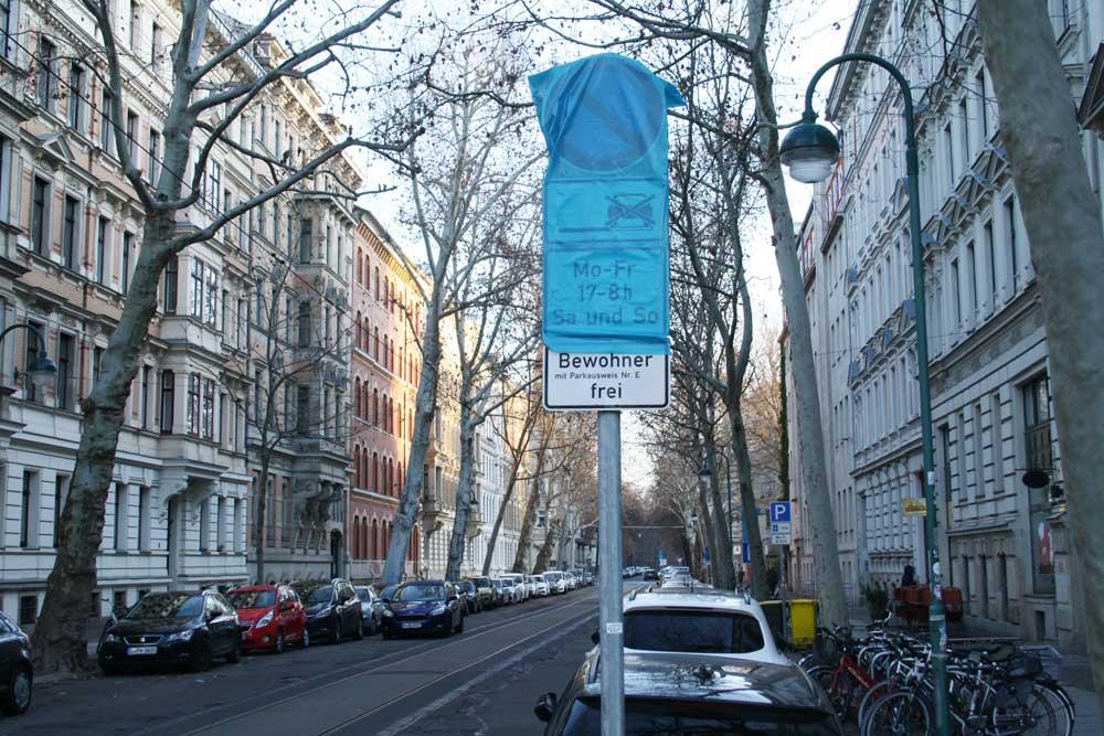 Noch verhüllt: Schild zum Bewohnerparken im Waldstraßenviertel. Foto: Ralf Julke