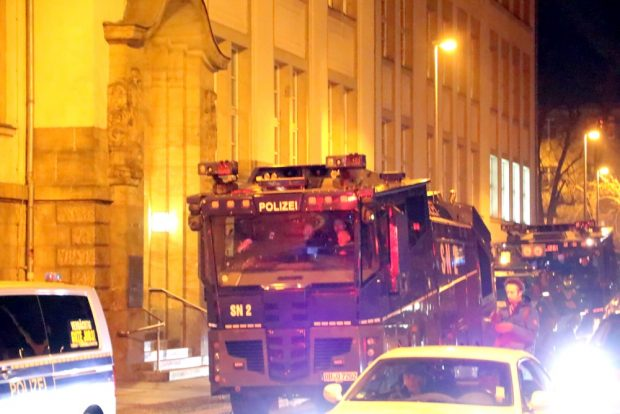 Blieben in der Seitenstraße und kamen nicht zum Einsatz: es ging um Verhaftungen. Foto: L-IZ.de