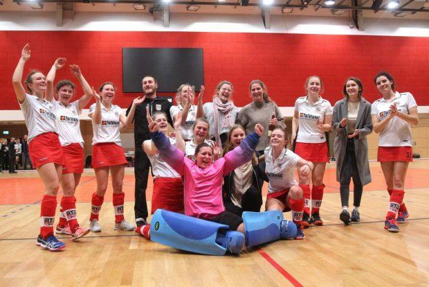 Die ATV-Frauen feiern ihren Klassenerhalt. Foto: Jan Kaefer