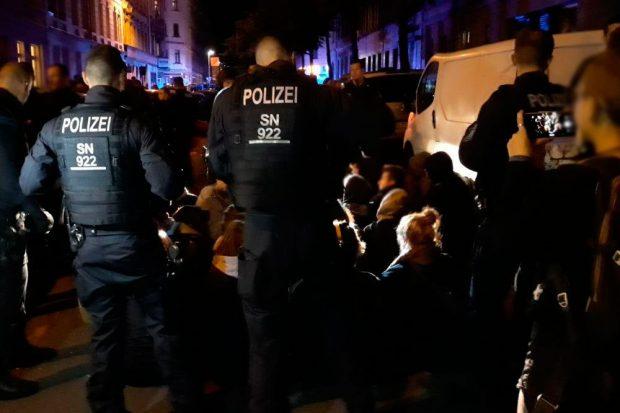 Sitzblockade gegen eine Abschiebung in der Nacht vom 9. auf den 10. Juli 2019. Foto: L-IZ.de