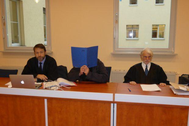 Der Angeklagte Daniel W. (39, M.) neben Strafverteidiger Axel Kaufmann (l.). Rechtsanwalt Helmut-Hartwig Heuer (r.) wartete vergeblich auf seinen Mandanten, den JVA-Beamten Kersten H. (34). Foto: Lucas Böhme
