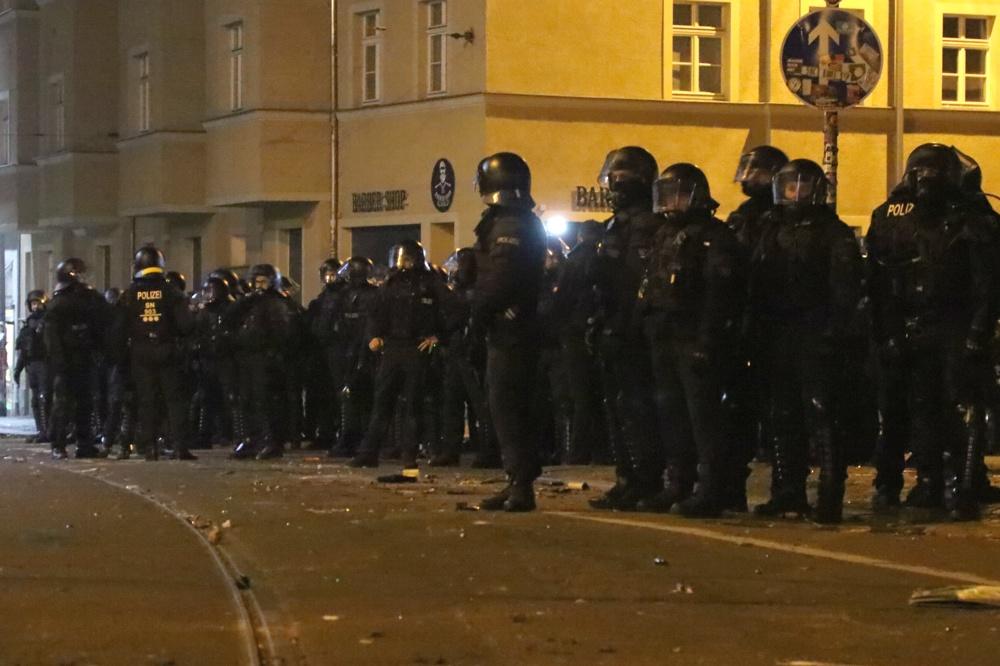 Polizeieinsätze in Connewitz verlaufen stets eine Spur härter als gewöhnlich. Hier der Polizeieinsatz am Connewitzer Kreuz in der Silvesternacht. Foto: L-IZ.de (Archiv)