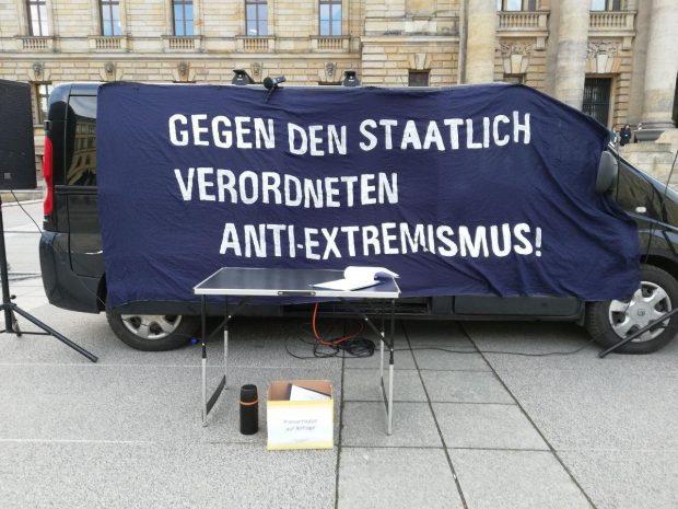 Viele Journalisten im Saal und eine spärlich besuchte Demo am frühen Nachmittag vor der Tür. Foto: L-IZ.de