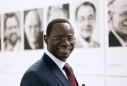 Einschusslöcher am Bürgerbüro des SPD-Bundestagsabgeordneten Karamba Diaby. Foto: Ute Langkafel