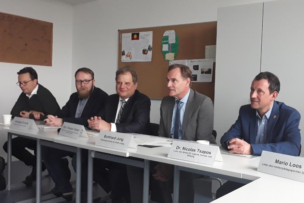 Pressekonferenz mit Sozialbürgermeister Thomas Fabian (3.v.l.) und Oberbürgermeister Burkhard Jung (4.v.l.). Foto: René Loch