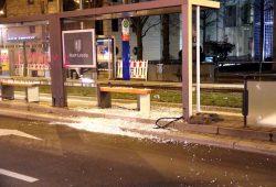Während der Demo wurde unter anderem eine Haltestelle beschädigt. Foto: L-IZ.de