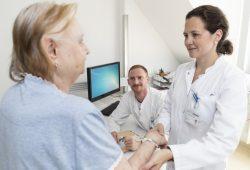 Oberärztin Dr. Anna-Theresa Seitz (re.) und Dr. Johannes Kohlmann (Mi.) von der UKL-Hautklinik suchen Patienten für eine Studie, die zeigen soll, ob eine spezielle Diät Einfluss auf den Behandlungserfolg bei Schuppenflechte nehmen kann. Foto: Stefan Straube / UKL