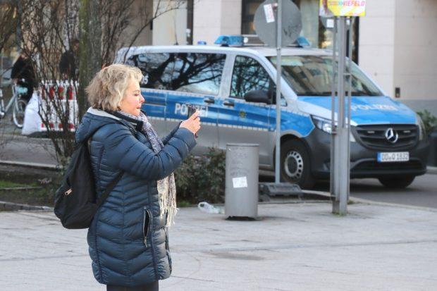 Veronika Bellmann (CDU) hat was entdeckt und macht ein schnelles Foto von FFF Leipzig. Foto: L-IZ.de