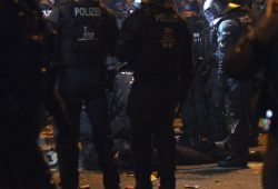 Leipzig, Silvester 2019/20. Ein Mann blieb bewusstlos liegen nach den Ingewahrsamnahmen am Connewitzer Kreuz. Foto: Jan Kaefer
