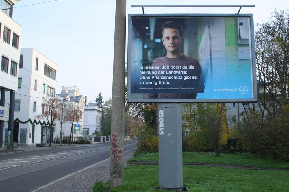 Bayer-Plakat in Leipzig. Foto: Ralf Julke
