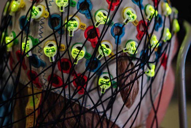 Bei einem Brain-Computer-Interface (BCI, Gehirn-Computer-Schnittstelle) löst allein die Vorstellung einer Handlung schon messbare Veränderungen der elektrischen Hirnaktivität aus. Diese Signale können über ein EEG (Elektro-Enzephalographie), ausgelesen und über maschinelle Lernsysteme in Steuersignale umgesetzt werden. Foto: Elias Domsch