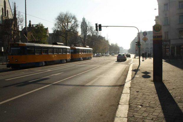 Bis hier zur Einmündung der Gottschedstraße soll es einen Radfahrstreifen geben. Ab da sollen sich die Radfahrerf dan in den Mischverkehr einfädeln.Foto: Ralf Julke