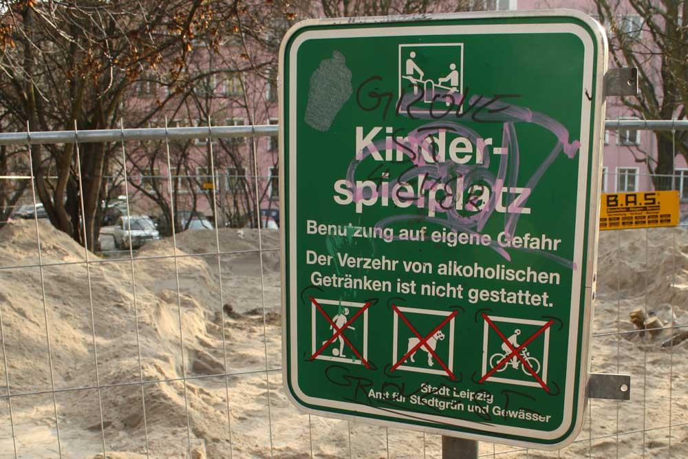 Verbotsschild an einem Kinderspielplatz. Foto: Ralf Julke