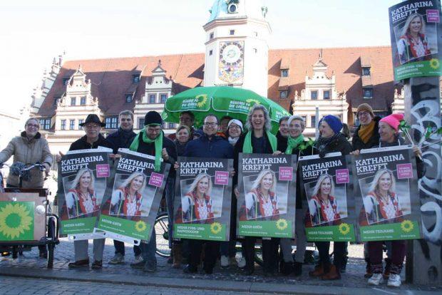 Katharina Krefft mit ihrem Wahlkampf-Team auf dem Markt. Foto: Ralf Julke