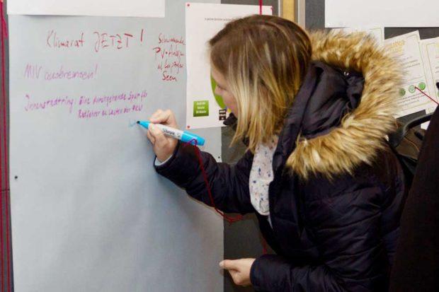 Die Leipzigerinnen und Leipziger nutzen die Gelegenheit der Ausstellung, Ihre Wünsche zur Umsetzung des Klimanotstands für das zukünftige Stadtoberhaupt zu hinterlassen. Foto: Parents For Future Leipzig
